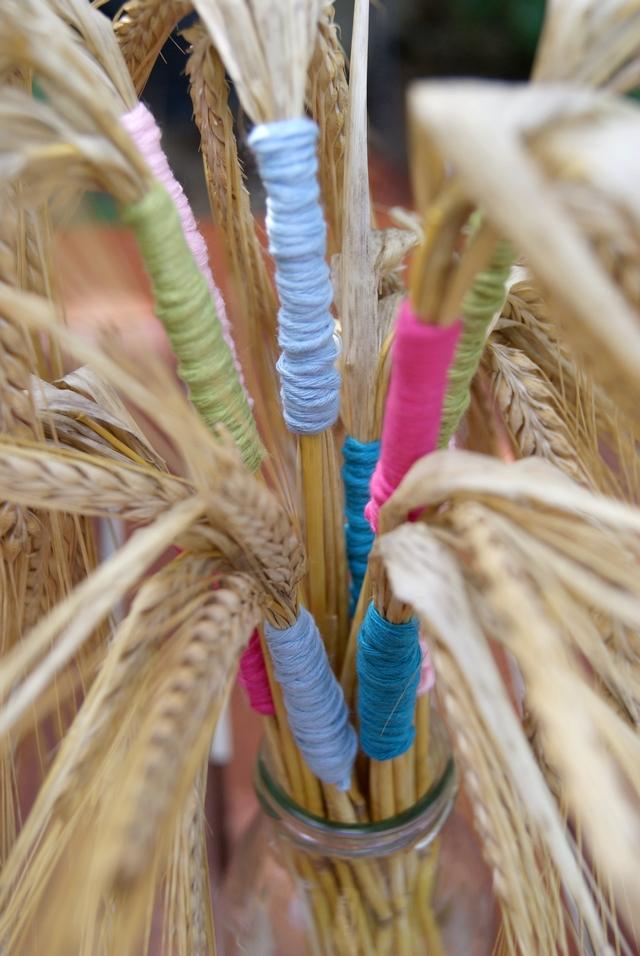 DIY Tischdekoration Getreide Ähren mit Wolle umwickelt