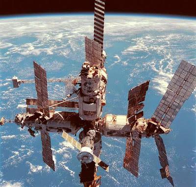 O programa espacial soviético teve forte componente propagandístico.Na foto: estação espacial MIR, desativada em 2001, apresenta defeitos de planificação e danos causados por lixo espacial.