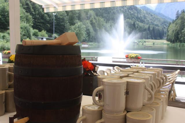 Bierfass-Anstich zum Hochzeitsempfang - Internationale Hochzeit mit Gleitschirmflug des Bräutigams, Riessersee Hotel Garmisch-Partenkirchen, besondere Trauungen, Hochzeit in Bayern, #Riessersee #Garmisch #Gleitschirm #Hochzeit #Tandemflug #heirateninbayern