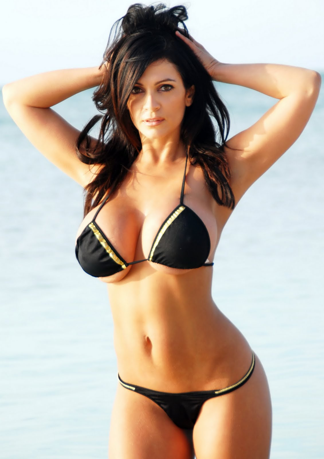 BabeStrip: Denise Milani super post!