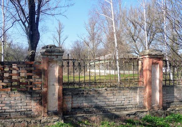 Прелестное. Усадьба Бантыша. Забор по периметру территории