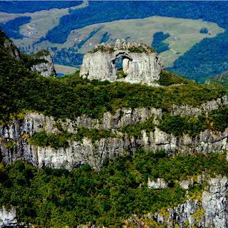A Pedra Furada Vista do Alto do Morro da Igreja