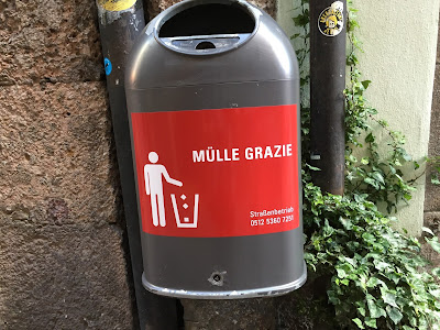 Trash can  in Innsbruck with play on Italian and German words