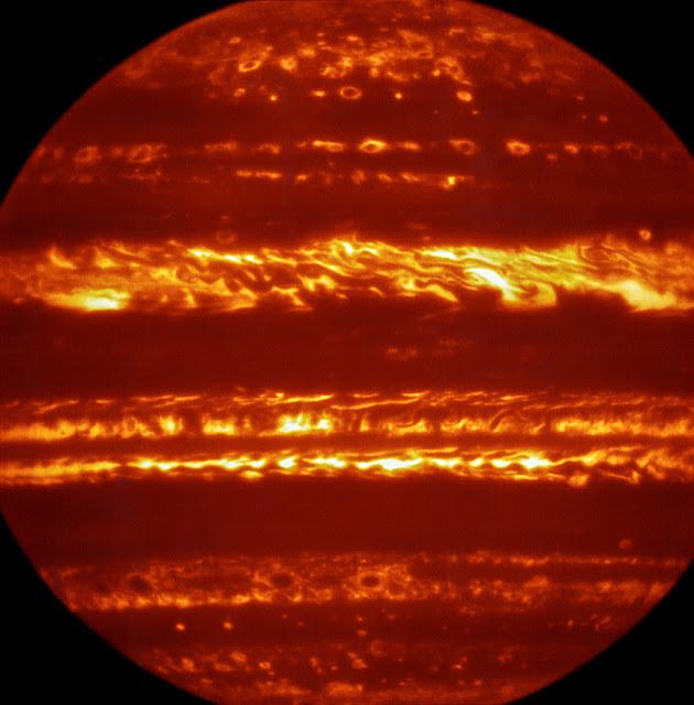 Hình ảnh của ESO về Sao Mộc khi chờ đợi Juno cập bến. Đây là hình ảnh sai màu được tạo ra bằng cách kết hợp những hình ảnh tốt nhất được chụp qua một bước sóng ngắn chỉ 5 micromet. Credit : ESO/L. Fletcher.