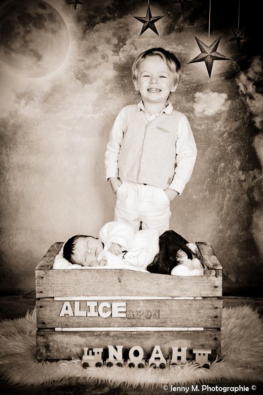 portrait studio en sépia grand frère avec bébé