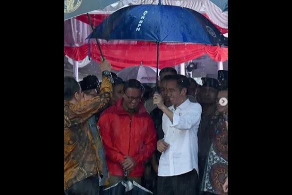 Penjelasan Anies Soal Foto Jokowi yang Seolah Memayunginya