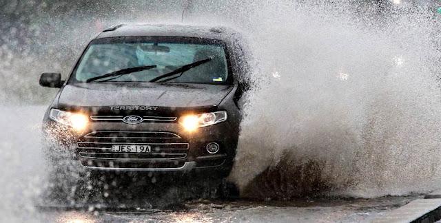 prevenir accidentes mientras se conduce bajo la lluvia