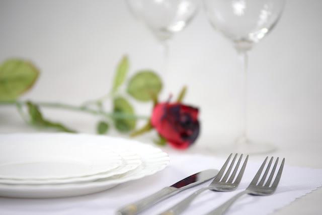 tavola apparecchiata per cena romantica