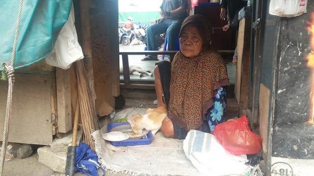 Kisah Sedih Minah, Nenek yang Hidup dari Sisa Ceceran Beras di Pasar Cipinang