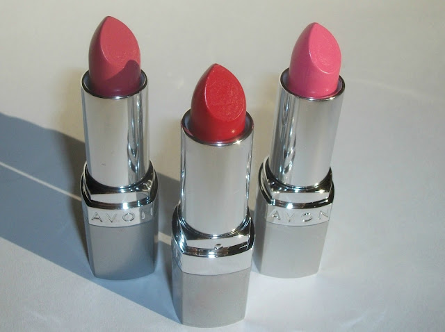 Avon Ultra Colour 3d plumping /Beyond Color) lipsticks in Pucker Up, Uptown Pink, Power Trip and Berry Cute, review and swatches by Valentina Chirico