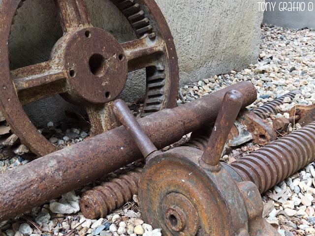 Parti di macchinari raccolti nel museo in attesa di restauro