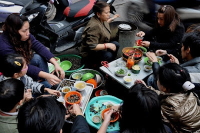 Street life in Hanoi in the eyes of foreign tourists 4