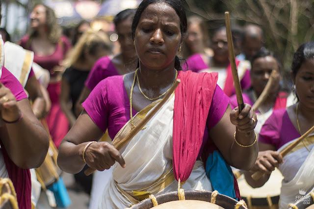 mujer con tambor en Kerala india