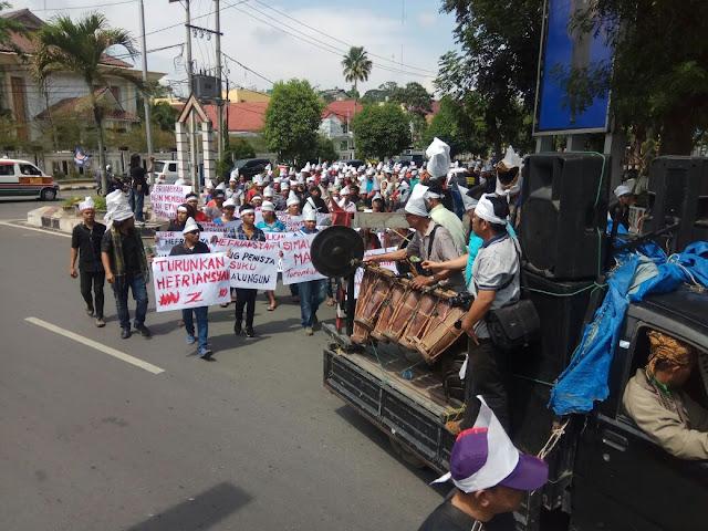 Massa yang menggelar aksi menuntut agar DPRD Siantar memakzulkan Walikota Siantar Efriansyah