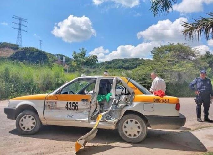 Por ir en sentido contrario destruye taxi; tres heridos