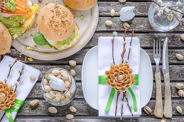 Pistazien-Burger mit Lachs, Spiegelei und Pistazien-Guacamole
