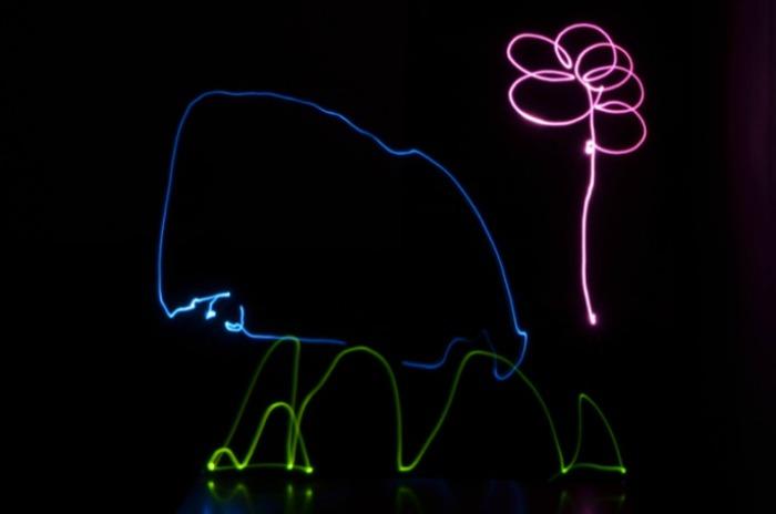 escritura divertida con light painting para niños, dibujo colectivo de una casa, flor y hierba