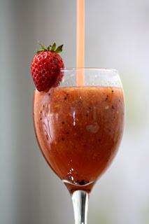 Mengonsumsi buah setiap hari bisa memenuhi nutrisi yang diharapkan badan Resep Istimewa Jus Strawberry yang Segar dan Nikmat