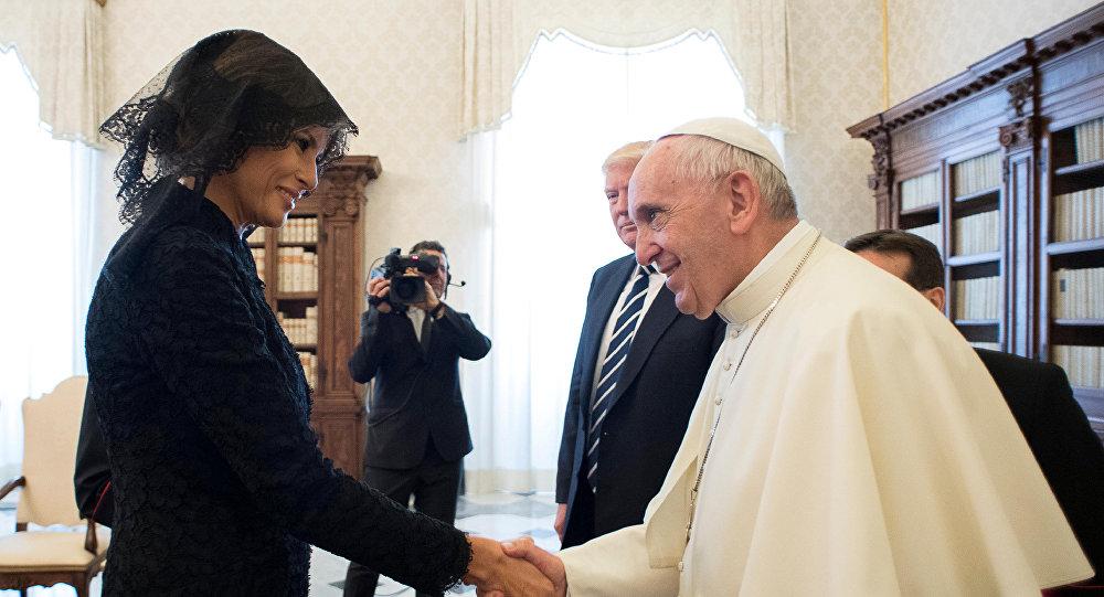 """بابا الفاتيكان يسأل """"ميلانيا ترامب"""" : ماذا تطبخي من الطعام لترامب .. فماذا كانت إجابتها ؟"""