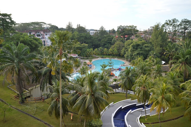 Pemandangan kolam daripada bilik Hotel Klana Resort Seremban