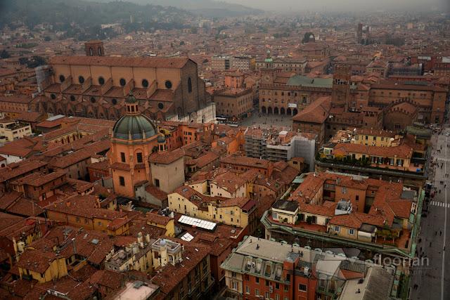 Widok na miasto ze szczytu wieży Torre degli Asinelli w Bolonii we Włoszech