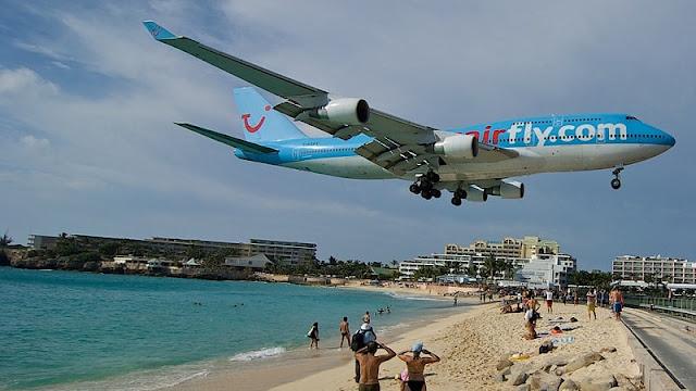 foto pesawat mendarat di Maho beach ditonton oleh banyak orang