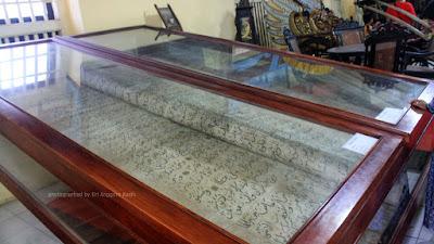 Al Quran berukuran besar di Museum Keraton Sumenep Pulau Madura.