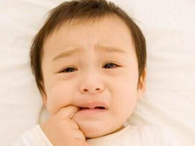 mọc răng khiến bé đau nhức