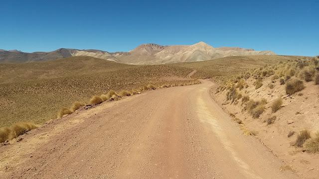 Heute stand der Dienst in Cerrillos an. Zwei Jeepstunden vom Missionssitz entfernt. Viele Fluesse fuehren leider schon kein Wasser mehr. Die Folgen der diesjaehrigen Trockenperiode sind enorm.