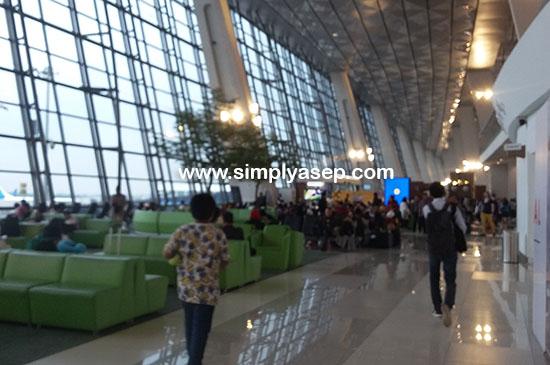 TERMINAL 3  :  Megah dan luar biasa besarnyaTerminal 3 Ultimate Di Soekarno Hatta . Gate saya nomor 13 itu ada di ujung koridor ini. Cukup jauh juga. Foto Asep Haryono