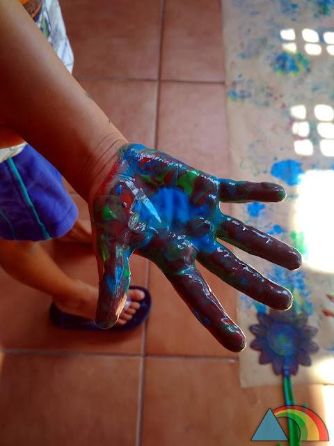 Mano manchada con pintura de dedos