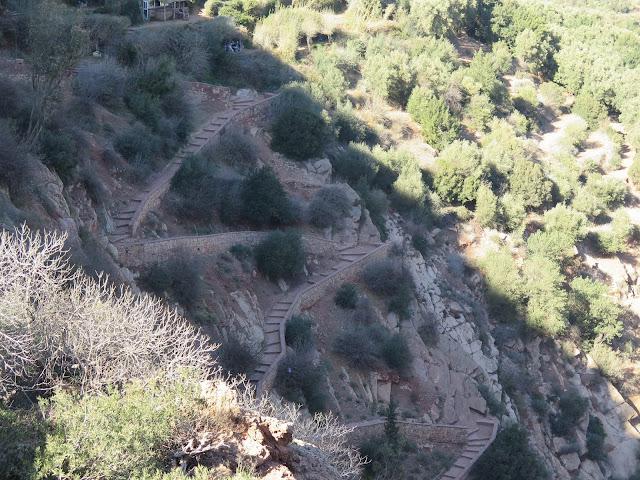 Escalera lateral de acceso al Puente de Imi-n-ifri