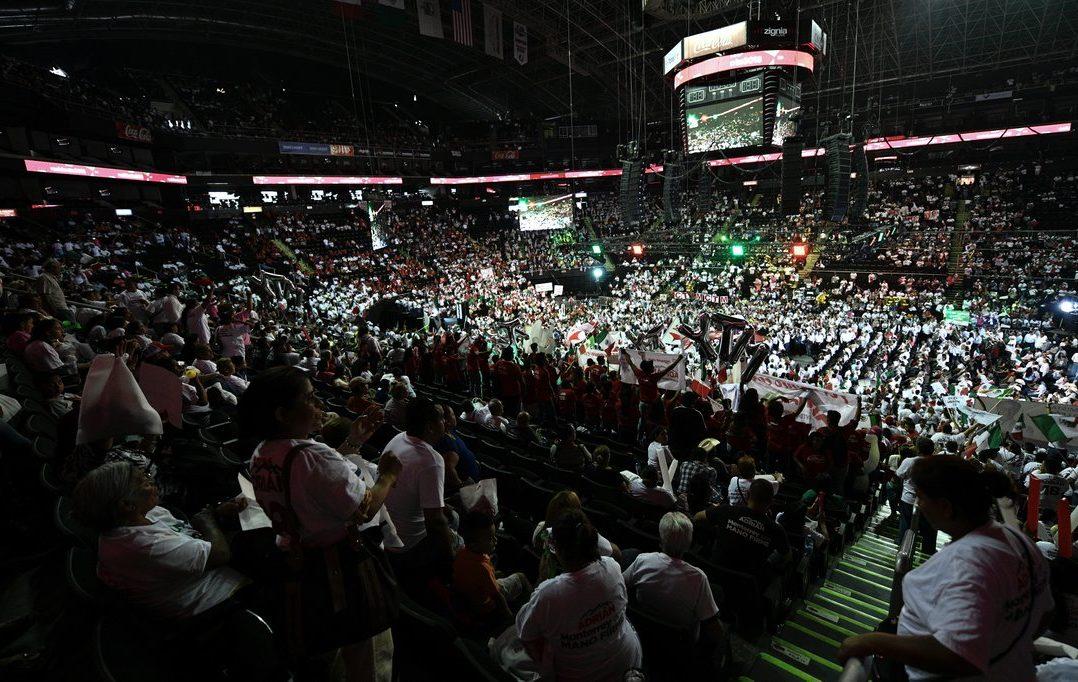 Acarreados abandonan evento de Meade en Monterrey