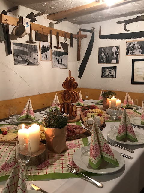 Brotzeit beim Hüttenabend, Monaco di Bavaria wine shades and wood grains, Hochzeitsmotto, heiraten 2017 im Riessersee Hotel Garmisch-Partenkirchen, Bayern, wedding venue, dunkelrot, dunkelgrün, Weinthema