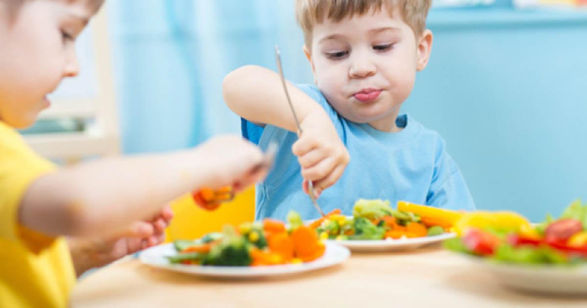 Mẹ nên làm gì khi đến bữa con không chịu ăn mà cứ mải chơi đùa?