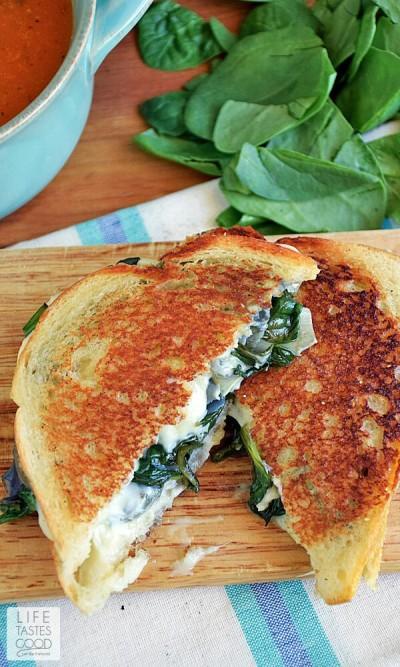 Sandwich dengan isian bayam dan keju mozzarella yang dipanggang hingga roti berwana keemasan.