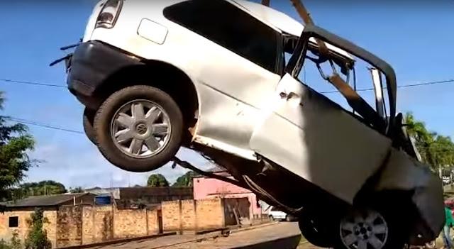[VÍDEO] Inafiançável! Motorista bêbado, motorista atropela pedestre na calçada após pneu estourar e acaba preso!