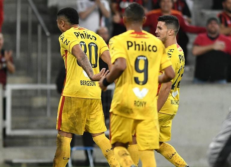 3fd4699487f4d Clube entrou em campo com camisa amarela que havia rejeitado antes da Copa