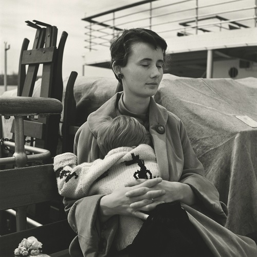 imagenes bellas en blanco y negro, fotos vintage, pictures -- fotografa Vivian Maier, Untitled, Woman with Child in Lap.