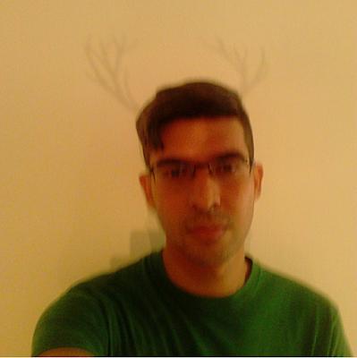 Selfie Foto jugando con las sombras de los cuernos de una escultura de arte para instagram.