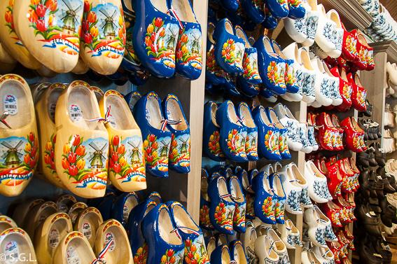Zuecos en Marken. Excursion desde Amsterdam: Volendam, Marken y los molinos