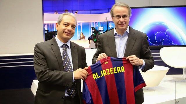 El vicepresidente del Barça, Javier Faus, entregando una camiseta blaugrana al director de noticias de Al Jazeera, Ibrahim Helal