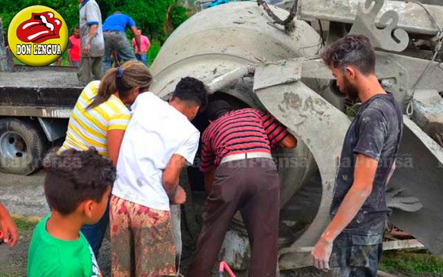 Saquearon un camión cargado con cemento
