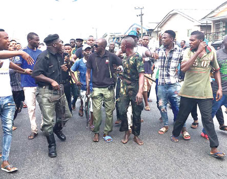 Fake soldier escapes lynching for stealing phone