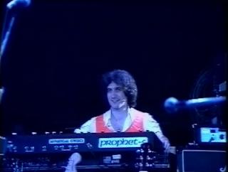 Larry Fast tocando en directo en la gira de Peter de presentación del segundo álbum de Peter Gabriel en 1978