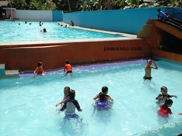 keceriaan anak-anak di kolam renang wiyono