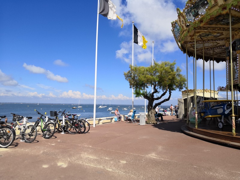 Carrousel sur le bord de plage à Arcachon