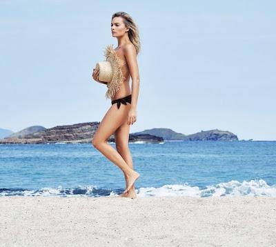 Instamag-Margot Robbie goes topless on beach