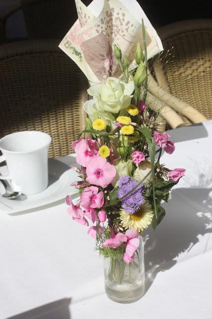 Kaffeetafeln, Pastell und Vintage Hochzeit in zarten Regenbogenfarben, Riessersee Hotel, Garmisch, Bayern, vintage lake-side wedding in pastel colours, Germany, Bavaria, wedding destination