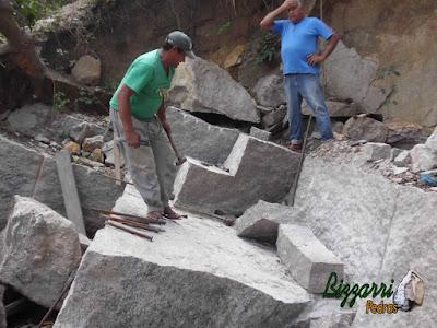 Pedra de granito bruto sendo cortado para execução de escada de pedra.